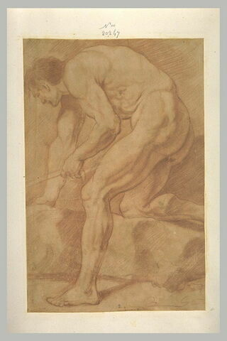 Homme nu, debout, tenant un objet dans la main gauche, penché en avant