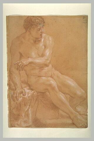 Homme nu, assis, regardant à droite, désignant quelque chose à gauche