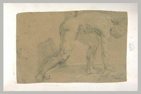 Homme nu, de profil à droite, se courbant pour ramasser un objet à terre