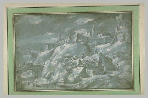 Soldats prenant position autour d'une ville sur un piton rocheux