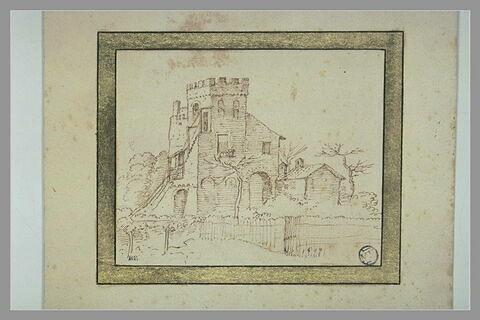 Vue d'une maison avec une tour carrée à créneaux