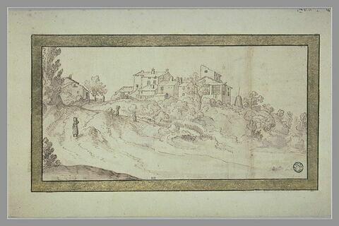 Vue d'un village, au sommet d'une colline boisée