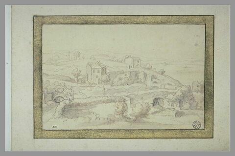 Vue d'une colline avec maisons et ruines