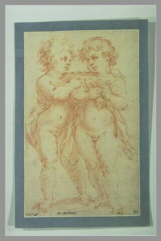 Etude de deux enfants debout se disputant une grappe de raisin