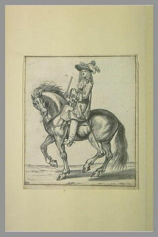 Officier cavalier tourné vers la gauche, tenant son bâton de commandement