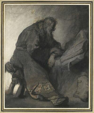 Vieil homme assis dans la pénombre, lisant