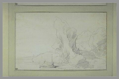 Au bord d'un lac, un bateau à l'ancre sous un rocher très découpé