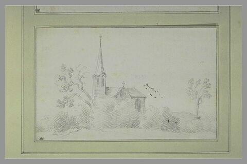 Chapelle à flèche pointue, à demi-cachée par des arbres