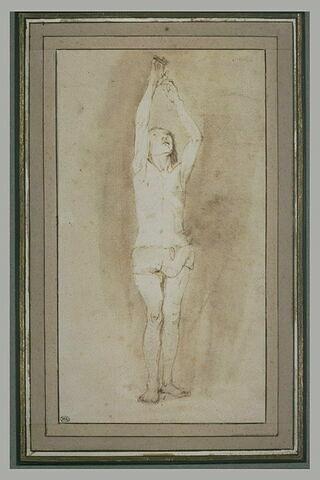 Jeune garçon en pagne, les deux mains accrochées à une petite barre