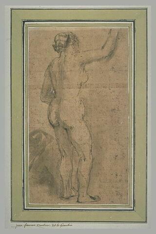 Femme nue, debout, de dos, levant le bras droit