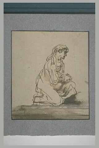 Femme agenouillée en haut d'une marche