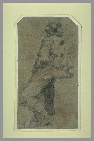 Jeune homme assis sur un degré, vu de dos