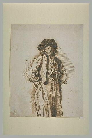 Jeune garçon les mains dans les poches, portant un tablier