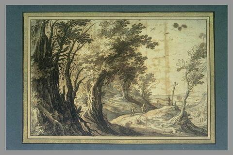 Route animée de figures, à la lisière d'une forêt