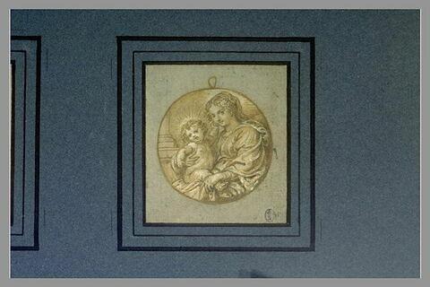 La Vierge, tournée vers la gauche, et l'Enfant Jésus