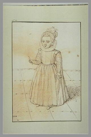 Petite fille tenant un jouet dans chaque main