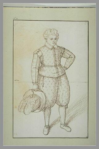 Jeune homme tenant son chapeau orné de plumes