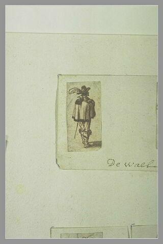 Homme portant cape et chapeau à plume