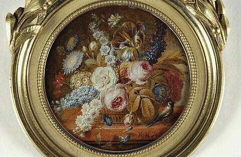 Corbeille garnie de fleurs sur une table de pierre