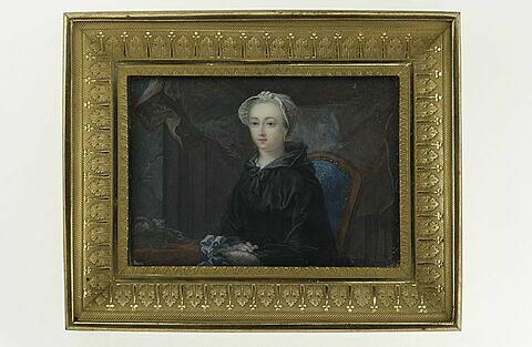 Portrait d'une jeune femme assise, à mi-corps, vêtue de noir