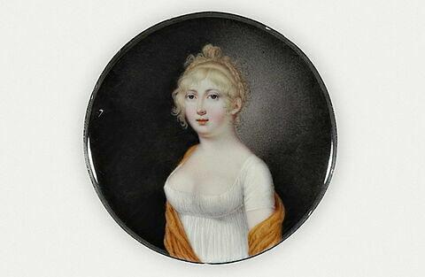Portrait de jeune fille vêtue d'une robe blanche et d'une écharpe jaune