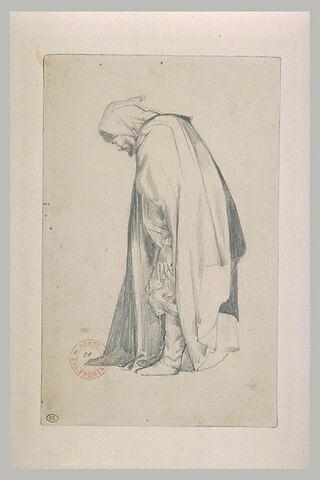Arabe debout, tourné vers la gauche, regardant à ses pieds