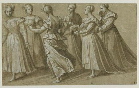 Six femmes marchant vers la gauche, deux tenant un éventail