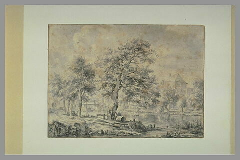 Un canal bordé d'arbres passant devant une grande demeure