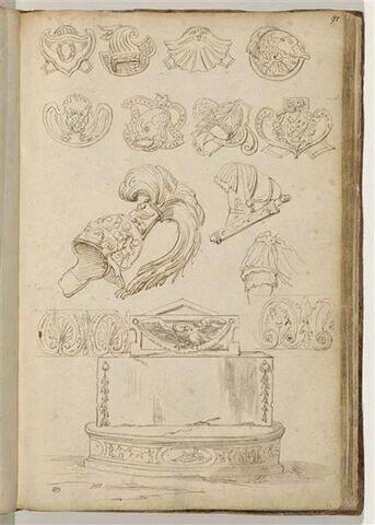 Ornements militaires : casques, cuirasse etc. ; en bas, autels antiques (?)