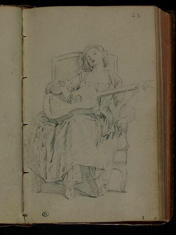 Jeune femme, assise, jouant de la guitare