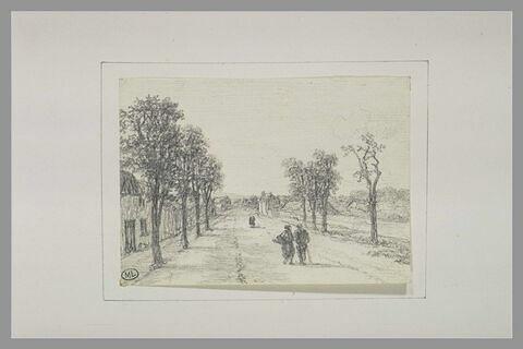 Figures sur une route de campagne bordée d'arbres et de maisons