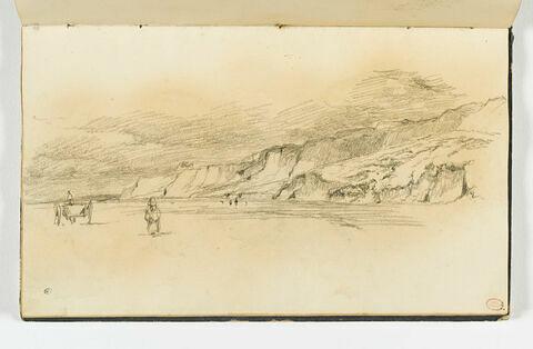 Falaises dominant une immense plage, à Houlgate