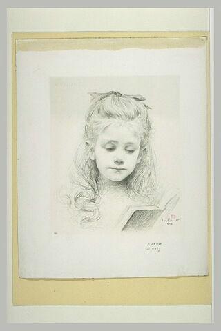 Portrait de fillette lisant