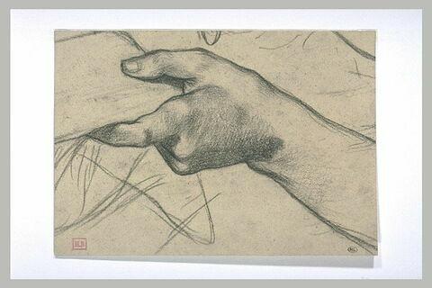 Main gauche tenant un objet
