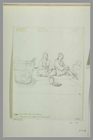 Trois jeunes femmes de Morée assises sur le sol