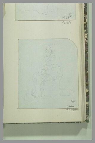 Femme, coiffée d'un voile, assise sur une pierre