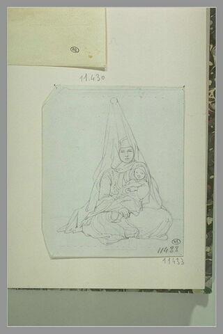 Femme coiffée d'une haute coiffure, assise sur le sol, tenant un enfant