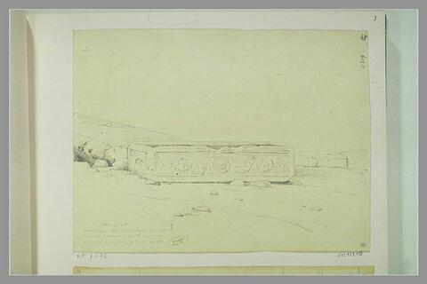 Grand sarcophage antique au milieu d'un terrain dénudé à Jérusalem