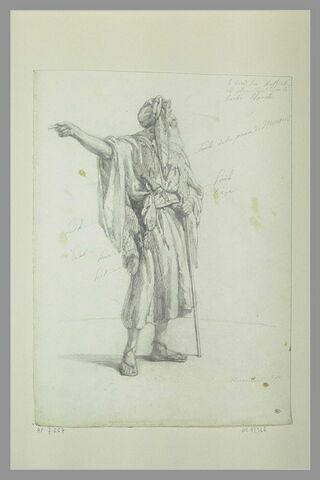 Arabe, debout, tendant le bras droit
