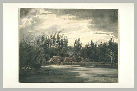Maisons derrière une digue