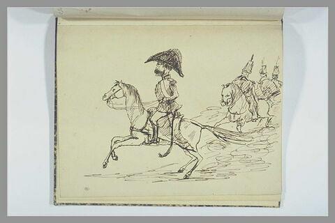 Général, caracolant sur un petit cheval, suivi de cavaliers