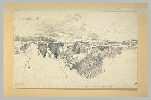 Plateau rocheux avec une brèche et un couvent sur un rocher