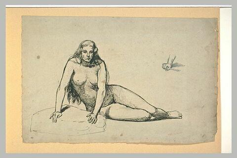 Femme nue, assise sur le sol, de face, les jambes à droite ; main