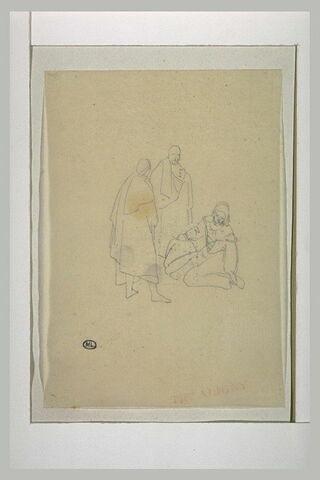Deux personnages debout encadrant un troisième assis sur le sol