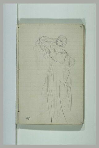 Femme, debout, un bras derrière la tête