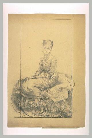 Femme, assise, de trois quarts à gauche, visage de face, mains jointes
