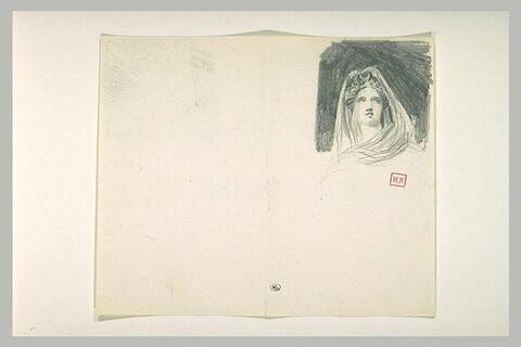 Tête de femme, vue de face, un voile sur la tête