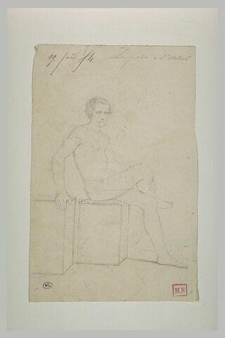 Homme nu, assis sur un tabouret, les jambes croisées
