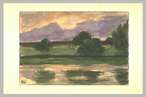 Etang reflétant les nuages violacés du ciel ; au delà, prairie et arbres
