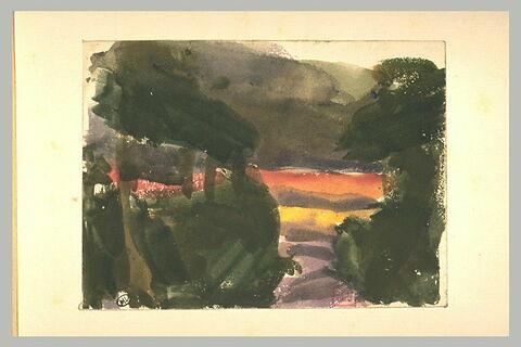 Chemin creux entre deux talus couronnés d'arbres ; au delà une plaine